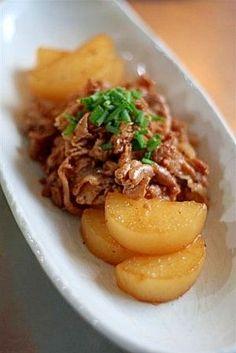 「豚肉と大根の甘辛煮」材料は、豚肉と大根。調味料は、砂糖と醤油。これだけなのに、ものすごくおいしいなんて~!? 濃い味甘辛の豚肉と、そのうまみを吸ったとろとろの大根が最高。【楽天レシピ】