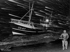 Reddingboten Lauwersoog  Een foto van Kies uit 1982, Zk 87 op de dijk in slecht weer.