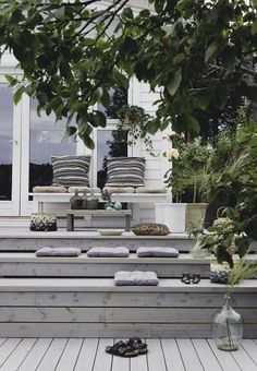 Improving Your Home's Exterior With Great Landscaping Ideas! Outdoor Seating, Outdoor Rooms, Outdoor Living, Outdoor Furniture Sets, Outdoor Decor, Deck Seating, Outdoor Projects, Back Gardens, Outdoor Gardens