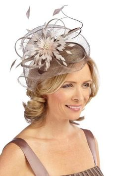 Classy head accessory at wedding – Hats for weddings How the mother-of-the-bride can get a modern wedding look Fascinator Hairstyles, Fascinator Hats, Bride Hairstyles, Mother Of The Bride Hats, Mother Of Bride Outfits, Mother Bride, Short Wedding Hair, Wedding Hats, Wedding Outfits