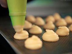 Pate à Choux -- La recette inratable pour préparer la vraie pâte à choux. 4mins de vidéo et c'est gagné!! J'habite à présent à Bali, ou j'ai monté ma boulang...