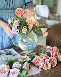 l Victoria Magazine, Free Online Jigsaw Puzzles, Vase Arrangements, Flower Centerpieces, Floral Bouquets, Love Flowers, Glass Vase, Floral Design, Bloom