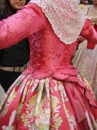 Coral valenciana Spanish Costume, Century Textiles, Vintage Outfits, Vintage Fashion, Costumes Around The World, Spanish Woman, 18th Century Clothing, Folk Costume, Traditional Dresses