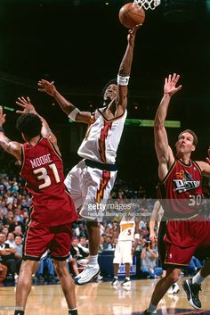 Chris Porter #4 of the Golden State Warriors drives to the basket against the Detroit Pistons circa 2001 at the Oracle Arena in Oakland, California.