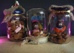 pietenpotjes potjes gevuld met goedkoop strooigoed van een bekende supermarkt. pietjes met magneetjes(van een andere supermarkt) aan de deksel. deksels versierd met jute. wordt wel tijd voor een lijmpistool,want met gewone lijm blijft he niet zo mooi zitten... Saint Nicolas, Arts And Crafts, Diy Crafts, Happy Kids, Toddler Crafts, Favorite Holiday, Lany, Presents, Diy Projects