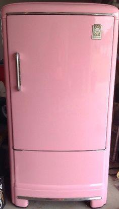 Retro Pink Fridge Vtg Refrigerator Mid Century Mod Pyrex Dish Old Sofa Table Pink Mini Fridge, Retro Fridge, Kitchen Canister Sets, Kitchen Containers, Vintage Appliances, Vintage Kitchenware, Old Sofa, Shabby Chic Kitchen, Vintage Pink