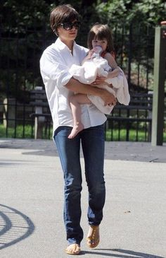 Katie Holmes Photos - KATIE HOLMES And Daughter SURI Having Fun In the Central Park - Zimbio Katie Holmes Haircut, Katie Homes, Haircuts For Round Face Shape, Baby Haircut, Kate Bosworth, Pretty Hairstyles, Wedding Hairstyles, Central Park, Pop Culture
