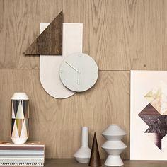 Horloge murale géométrique chêne foncé gris et bleu Ferm Living