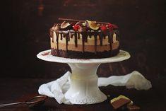 Un tort de ciocolată delicios, cu trei feluri de mousse şi un blat umed de cacao. Dacă vreţi să impresionaţi cu un tort bun, dar şi cu un aspect plăcut, acesta este perfect. Nu este deloc greu de făcut, e cel mai simplu şi cel mai rapid tort, cu rezultat garantat chiar şi pentru un novice în bucătărie. Îl puteţi face ca desert de weekend sau pentru o aniversare, cu siguranţă o să fie un success.