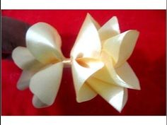 En este vídeo les enseño hacer un lindo y muy fácil moño navideño con flores en cintas de organza escarchada