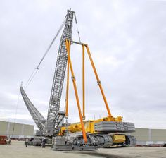 Liebherr has developed an innovative concept for erecting LR crawler cranes with long wind power boom systems efficiently and safely. Using the mass of an LTR 1220 telescopic . Crane Construction, Heavy Construction Equipment, Heavy Equipment, Construction Tools, Dump Trucks, Big Trucks, Crawler Crane, Airplane Fighter, Crawler Tractor