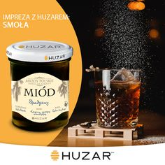-60ml ciemnego rumu -15ml melasy -łyżeczka miodu spadziowego Huzar -30ml wrzącej wody Dokładnie wymieszać aż miód i melasa się rozpuszczą. Podawać w szklance wypełnionej lodem.