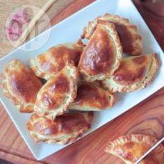 Deze klassieke empanadas vind je overal in heel Argentinië. Gevuld met gehakt, hardgekookt ei, groene olijven en aardappel; een vullende snack of heerlijk in een lunchpakket.