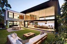 Una casa al lado del mar con un jardin elevado