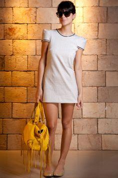 vestido-básico-bolsa-amarela