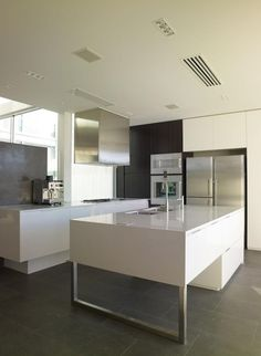 here are our favorite Minimalist Apartment Design. Find ideas and inspiration for Minimalist Apartment Design to add to your own home. Minimalist Kitchen Plans, Minimalistic Kitchen, Minimalist Living, Interior Design Kitchen, Kitchen Decor, Kitchen Ideas, Studio Interior, Küchen Design, House Design