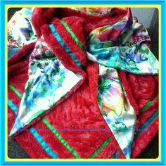 Sjaal van rood bont met gebloemde satijn. Zonder franjes.