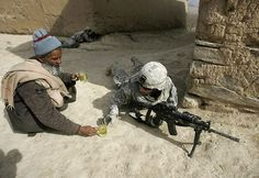 If you think that there's no place for kindness and compassion at war, think again. This US soldier had to patrol the area for a long period of time. An Afghan man decided to help him by bringing a cup of tea to save the soldier from the devastating heat. Powerful Pictures, Lourdes, A Course In Miracles, Make You Cry, American Soldiers, Belle Photo, Thought Provoking, Chai, Wells