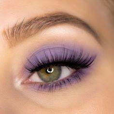 mattes Augen Make Up in Lavendel mit Lethal Cosmetics Lidschatten. Augen Make-up Inspiration für grüne Augen mit der veganen Lidschattenpalette aus der After Dark Kollektion von Lethal Cosmetics. Weitere Augen Make-up Look Inspiration mit dieser Eyehadow Palette findest Du in meinem Beautyblog Beitrag! #eyemakeup #makeuplook #augenmakeup