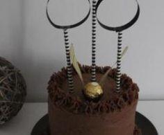 Layer cake vanille et chocolat façon Quidditch - Harry Potter Harry Potter Quidditch, Place Card Holders, Cakes, Birthday, Desserts, Kids, Sugar, Condensed Milk, Kitchens