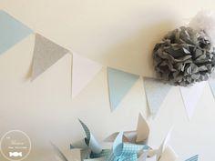Fanions bleu gris blanc et argent, décorations des jours de fête baptême ou mariage, baby shower ou anniversaire http://www.maison-des-delices.fr/contenants-a-dragees-mariage-guirlande+fanions-1024