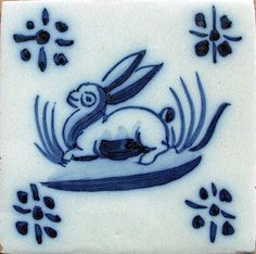 AZULEJO TRADICIONAL MANUAL - ATELIER ESCOLA ANTIGA Delft Tiles, Antique Tiles, Portuguese Tiles, Animal Sculptures, Hand Painted, Antiques, Tattoos, Santa Marta, Home Decor