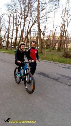 Prima lectie de bicicleta. #lectii #bicicleta #incepatori #adulti #scoaladesport #cursuri #instructor http://scoaladesport.ro/lectii-bicicleta-adulti-incepatori/