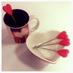 Kubkowy zawrót głowy!  Krystian - swój całuśny kubek dostał od żony na Walentynki. Jej gorące uczucia sprawiają, że kawa Krystiana dłużej zachowuje odpowiednią temperaturę.