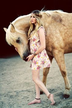 i like this dress but i love the horse, its so beautiful!