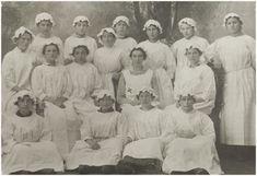 Het vrouwelijk personeel van de Koninklijke Nederlandsche Cacaofabriek.