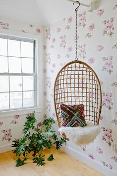 floral wallpaper and hanging chair. feminine and boho! Green Boheme, Rooms Ideas, Bedroom Ideas, Style Me Pretty Living, White Wash Brick, Diy Hanging, Hanging Chairs, Relax, Cozy Bedroom