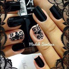 Uñas en color negro y encaje