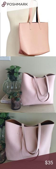 """EUC! Old Navy Light Pink Reversible Tote EUC! Old Navy Light Pink Reversible Tote. Faux Leather. One side pink one side tan. 19"""" across, 13"""" tall, and 5 1/2"""" deep with a 10"""" strap drop. Perfect for the office, the beach, or everyday! Old Navy Bags Totes"""