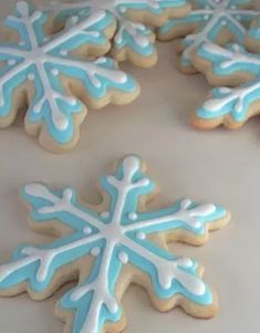 tortas de frozen 10 Ideas for an Unforgettable Frozen Themed Party Forkly Snowflake Cookies, Iced Cookies, Royal Icing Cookies, Sugar Cookies, Christmas Cookies, Snowflake Party, Easy Snowflake, Frozen Snowflake, Tarta Frozen Disney