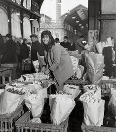 L' exposition DOISNEAU PARIS LES HALLES présente 200 tirages, éloges de la vie grouillante du «ventre de Paris» et du vertige qui saisit les Parisiens devant l'énorme béance que constitua le trou des Halles. <Je savais que cela allait disparaître.…