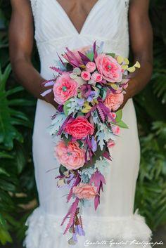 Alternative Paper Bridal Bouquet. Bouquet retombant entièrement en papier. Création Atelier Fleurs de Céléno - Photo Charlotte Goislot.