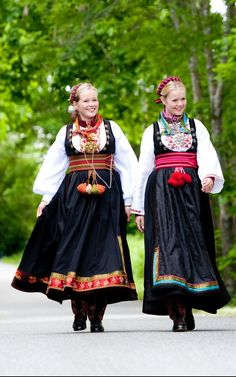 Beltestakk med band - Almankås - Northern European Culture! Folk Costume, Costumes, Scandinavian Embroidery, Ethnic Fashion, Womens Fashion, Thinking Day, Medieval Dress, Nordic Style, Modest Dresses