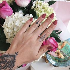 girly mood  hoje foi dia de #DunhasNailsParty e aproveitei pra fazer a esmaltação permanente que dura de 15 a 20 dias fiquei encantada! Aliás a cor que eu escolhi é super tendência dessa estação  AMEI! #dunhas #nails #stiletto #trend #summer #girlswithtattoos