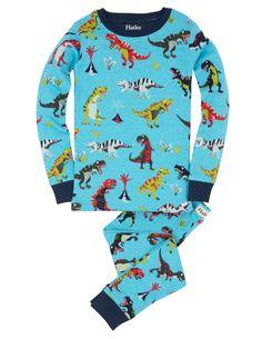 Jongens pyjama Dinosaurus Trex van het kinderkleding merk Hatley  Dit is een blauwe jongens kinderpyjama uit 2 delen, de pyjama is afgewerkt met donker blauw en heeft een all over print van verschillende kleuren dinosaurussen (T-rex).