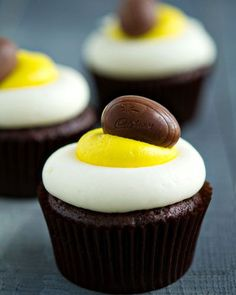 """Cadbury Mini Creme Egg cupcakes for Easter: bake a frozen mini creme egg into devil's food batter; pipe buttercream frosting on top to look like the filling, and decorate with a second mini creme egg"" -- Easter cupcake! Cupcake Recipes, Cupcake Cakes, Dessert Recipes, Paper Cupcake, Cupcake Ideas, Dinner Recipes, Easter Cupcakes, Yummy Cupcakes, Easter Cake"