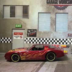 """Was wäre Hot Wheels ohne die typischen Flammen? Viele Modelle dieses Herstellers tragen diese Flammen und es gibt Fans, die ausschließlich diese """"Flames""""-Modelle sammeln. Ich muss gestehen, dass ich nicht zu ihnen gehöre, aber irgendwie mag auch ich diese Flammen. Dies gezeigte Fahrzeug ist ein Pontiac Firebird Baujahr 1977 und das Papierdiorama habe ich von […]"""