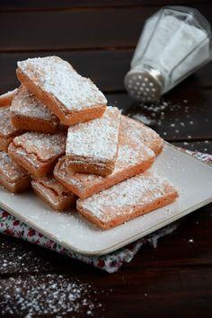 Au départ, je voulais préparer un cheese-cake et utiliser des biscuits roses de Reims pour leur jolie couleur. J'aurais pu prendre ceux que ...
