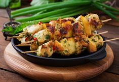 Pikantný kurací špíz s jablkami Beef Skewers, Chicken Skewers, Grilled Meat, Grilled Chicken, Asian Beef, Indonesian Cuisine, Bamboo Skewers, Meat Chickens, Peanut Sauce