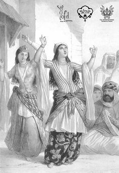 En Egipto se conocía con el nombre #GHAWAZEE a las bailarinas profesionales que danzaban en estos lugares. En su origen, estas mujeres dedicadas a la danza eran de etnia gitana.   Se describe su baile como sutil y coqueto al principio, que se va transformando en vigoroso y descarado con el avance de la representación. También está documentado el uso de crótalos y la percusión mediante la utilización del propio cuerpo, con palmas y pitos. Parece ser que la palabra ghawazee en su origen servía…