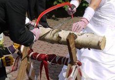 Hochzeits-Baumstamm sägen als Komplett Set inkl. Säge-Bock, Bügelsäge, Stamm aus Holz, Handschuhe - ein beliebtes Hochzeitsspiel für das Brautpaar bei amazon
