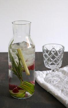 vitamínová voda Cocktails, Drinks, Glass Vase, Home Decor, Craft Cocktails, Drinking, Beverages, Decoration Home, Room Decor
