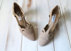 SIZE 7 B Vintage Taupe Carriage Court Suede Pointy by 601VINTAGE
