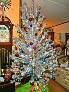 Silver Tinsel Christmas Tree, Vintage Aluminum Christmas Tree, Christmas Tree Wreath, Christmas Tree Themes, Modern Christmas, Vintage Christmas, Christmas Christmas, Christmas Stockings, Primitive Christmas