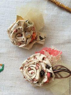 """Купить Брошь текстильная """"Коралловые нотки"""" - коралловый, брошь, брошь цветок, бохо, шебби"""