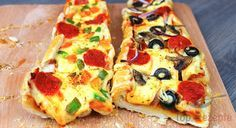 Eine sehr simple, leckere Speise für Partys. Ich habe diese schnelle Pizza für Gäste an einer Geburtstagsfeier zubereitet. Zuerst hatte ich vor, eine klassische Pizza zu machen, aber mein Mann hat mir davon abgeraten. So habe ich mir Alternativen (ohne Hefeteig) überlegt und bin drauf gekommen, dass ich dieses gefüllte Pizza-Baguette machen könnte. Jeder kann es belegen womit er will. Ich habe das eine mit Käse, bunter Paprika und Salami und das andere mit Champignons, Zwiebeln, Paprika…